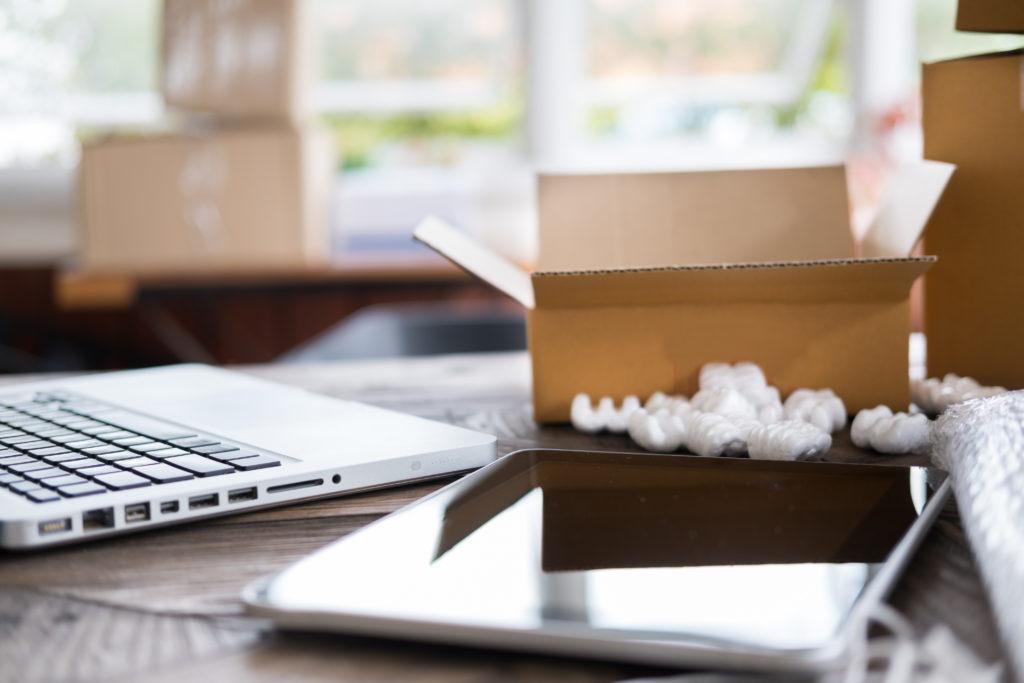 bureau avec un ordinateur et tablette posés dessus